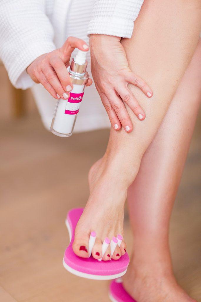 Füße eincremen mit PediQuick Fußcreme